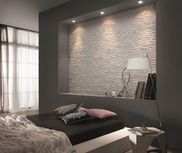 Kamień na ścianie w sypialni Moderno Arctic Incana Decor we wnęce nad łóżkiem.