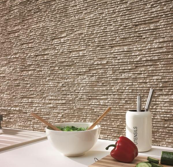 Kamień dekoracyjny w kuchni Sierra Dune Incana Decor wykorzystany na całej ścianie.