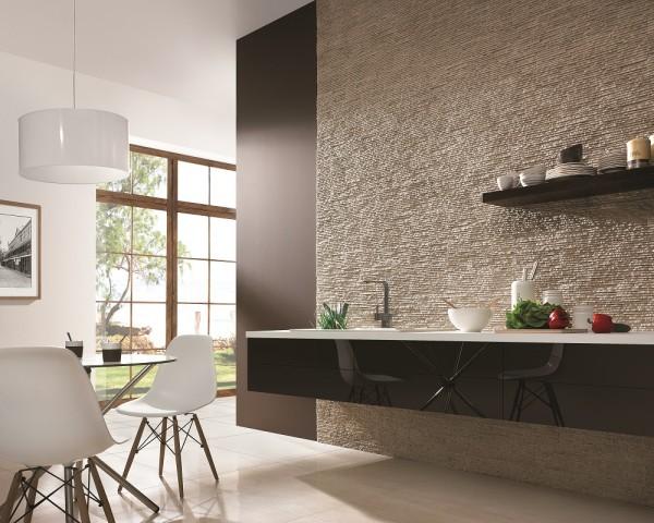 Kamień na ścianie w kuchni połączonej z jadalnią Sierra Dune Incana Decor.