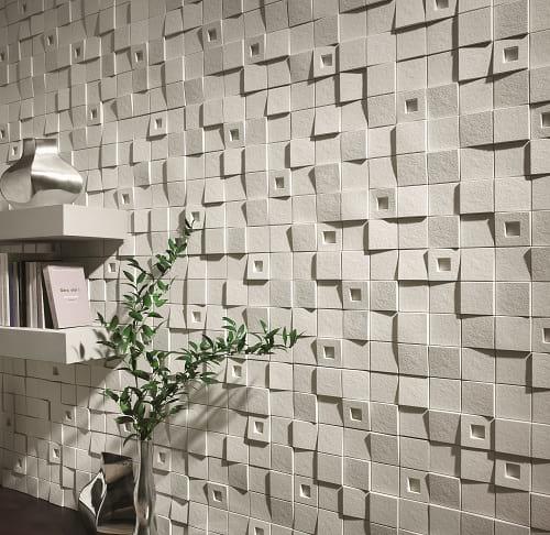 Kamień dekoracyjny w pokoju Quadro Arctic Incana Decor na ścianie z książkami.