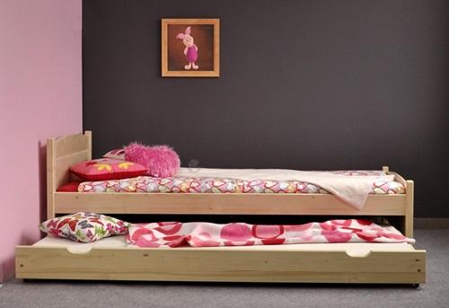 Łóżko sosnowe z dużą szufladą - zapasowym miejscem noclegowym.