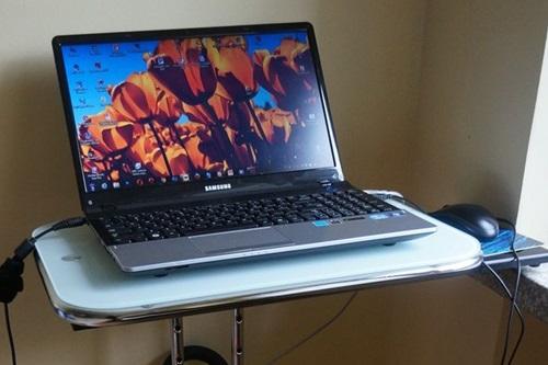 Mały stolik komputerowy szklany Avante Laptop Desk