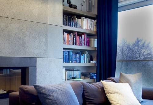Beton ozdobny wykorzystany do obudowania ściany i wykończenia kominka.