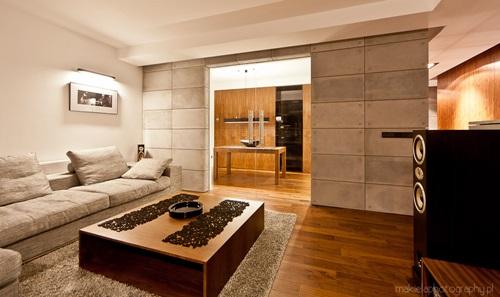 Beton dekoracyjny na ścianę Contractors wykorzystany do aranżacji salonu w połączeniu z drewnem.