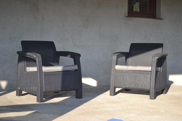 Dwa fotele Corfu gotowe do użycia.