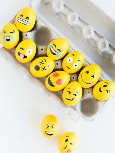 Wielkanocne pisanki naśladujące emotikonki.