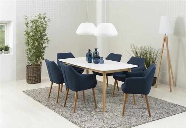 Skandynawski stół do jadalni z krzesłami w modnym odcieniu granatu.