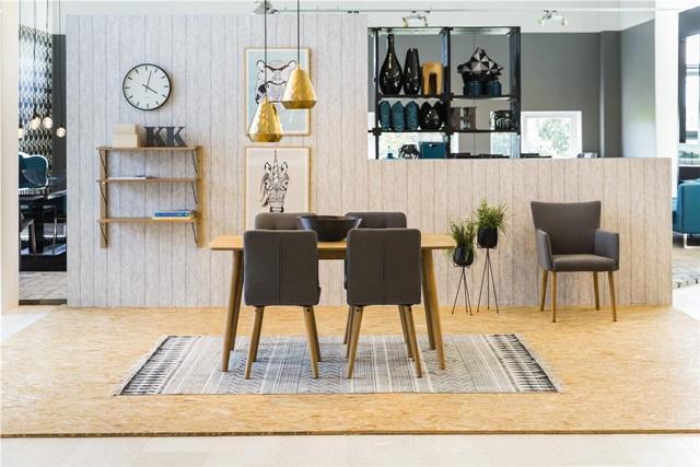 Pomysł na stół z krzesłami w stylu skandynawskim - fotel Nellie, krzesła Karla i prosty drewniany stół.