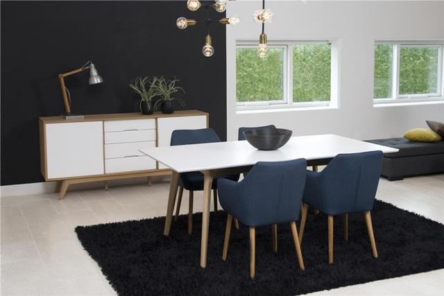 Salon w stylu skandynawskim w odcieniach bieli, czerni i jasnego drewna.