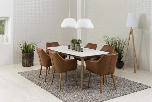 Meble do salonu styl skandynawski - prosta aranżacja w stylu skandynawskim z fotelami pokrytymi ekoskórą.