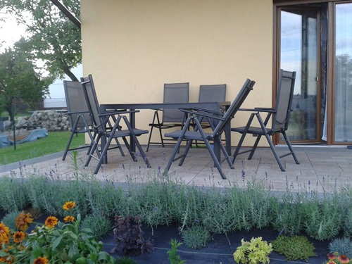 Dobre meble ogrodowe metalowe z ciekawą rabatą.