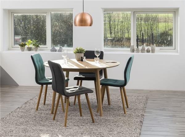 Krzesła pikowane w klasyczny wzór z guzikami, styl skandynawski.