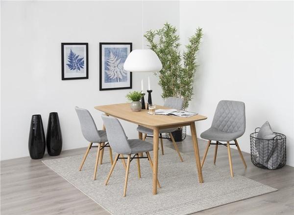 Krzesła pikowane w drobną kratkę w stylu skandynawskim.