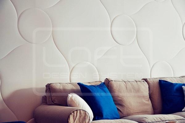 Pikowane ściany wykończone modnymi panelami ściennymi.