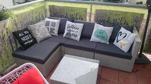 Tanie meble ogrodowe Farlito V narożnik na taras z kolorową dekoracją.
