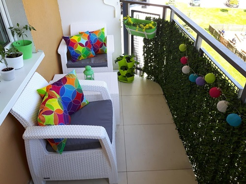 Zestaw ogrodowy Corfu Weekend Curver na ciekawie zaaranżowanym miejskim balkonie.