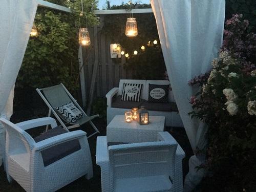 Białe meble Corfu Set w eleganckiej wieczornej aranżacji.