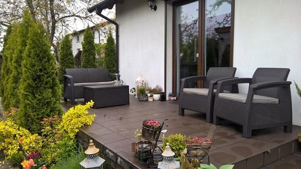 Zestaw ogrodowy Corfu Box Set ze stolikiem - skrzynią, brązowe na tarasie pani Ewy.
