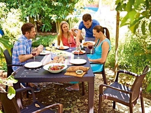 Impreza na świeżym powietrzu przy stole ogrodowym Melody