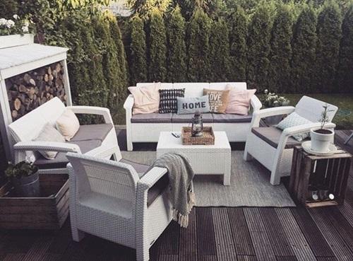 Białe meble ogrodowe Corfu Set Triple Max w skandynawskiej aranżacji.