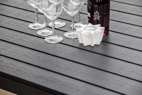 Zbliżenie na stół z polywood