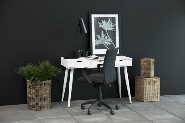 Actona Neptun białe biurko z szufladami w stylu skandynawskim z fotelem biurowym Space