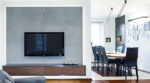 Płyty z betonu architektonicznego jako tło dla telewizora
