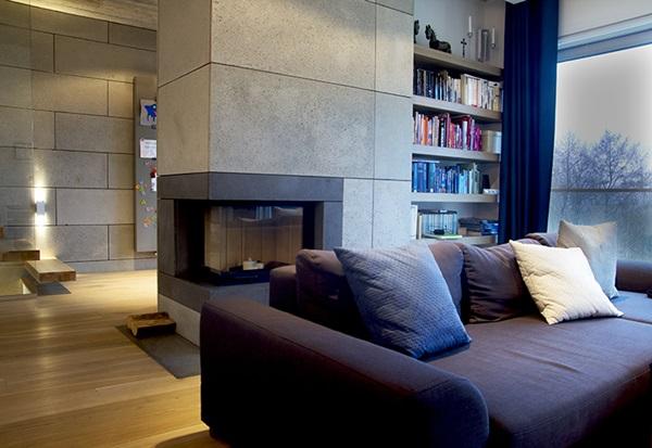 Ściana betonowa dekoracyjna i ozdobiony betonem kominek w eleganckim salonie