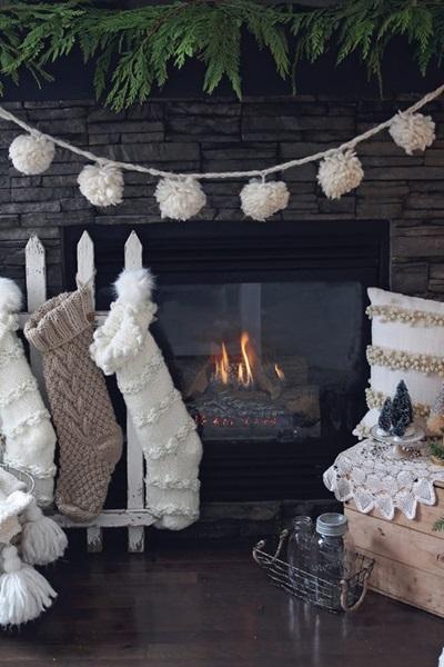 Bożonarodzeniowe dekoracje kominka w ciepłych odcieniach beżu i bieli
