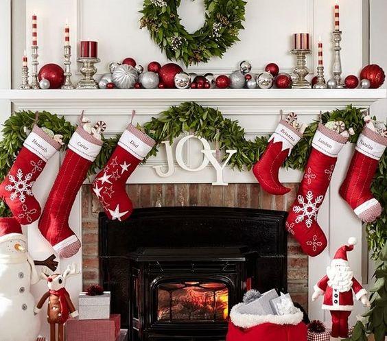 Dekoracje świąteczne kominka w czerwieni i srebrze