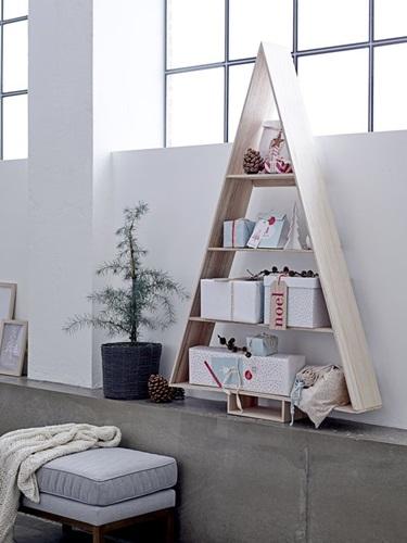 Nowoczesna choinka - półka, stworzona z drewnianych desek