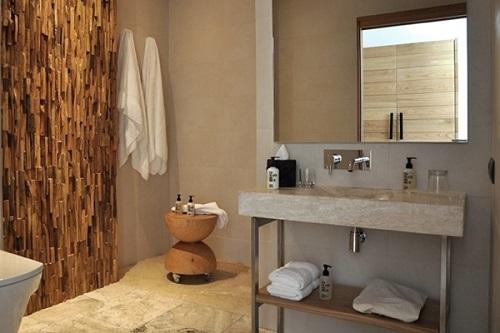 Drewniane panele na ścianę Natural Wood Panels wykorzystane w łazience