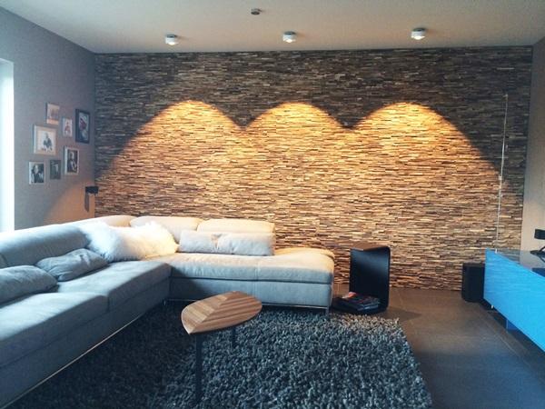 Panele drewniane na ścianie w salonie