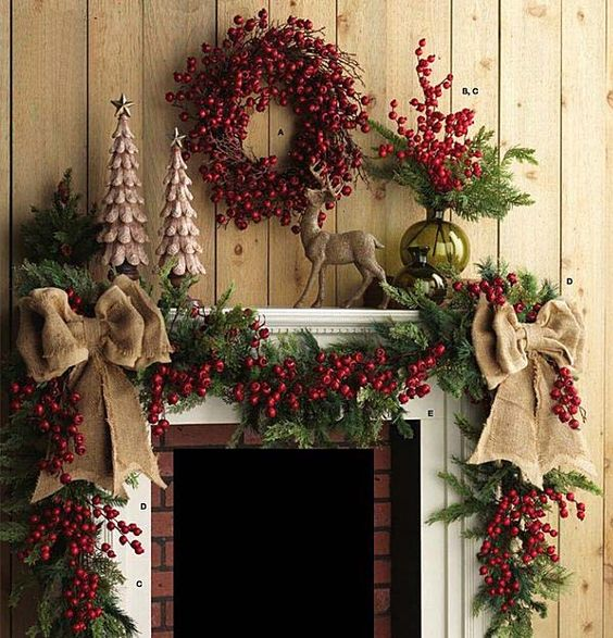 Bożonarodzeniowe dekoracje kominka w tradycyjnych odcieniach czerwieni i zieleni