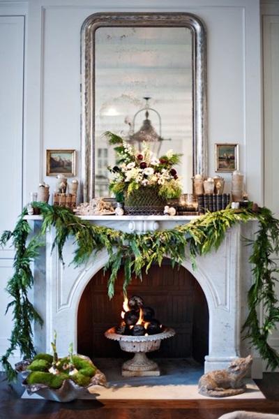 Dekoracja świąteczna kominka w odcieniach zieleni i brązu