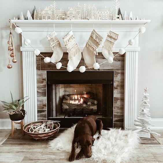 Dekoracje bożonarodzeniowe na kominek w stylu skandynawskim