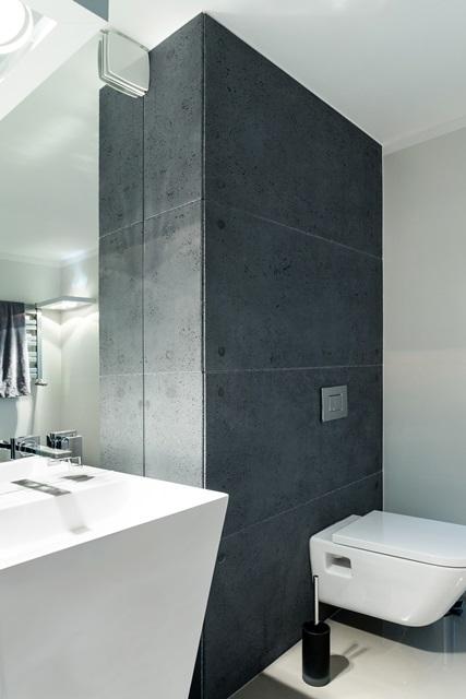 łazienka udekorowana płytami z betonu architektonicznego