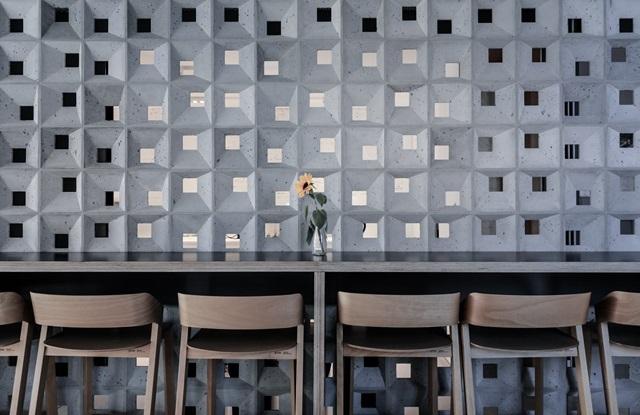 Beton we wnętrzu wykorzystany jako ażurowa ścianka