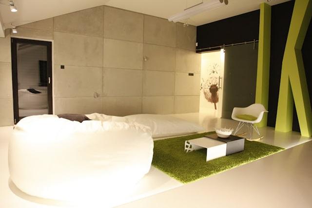 Płyty betonowe ozdobne na ścianie w salonie