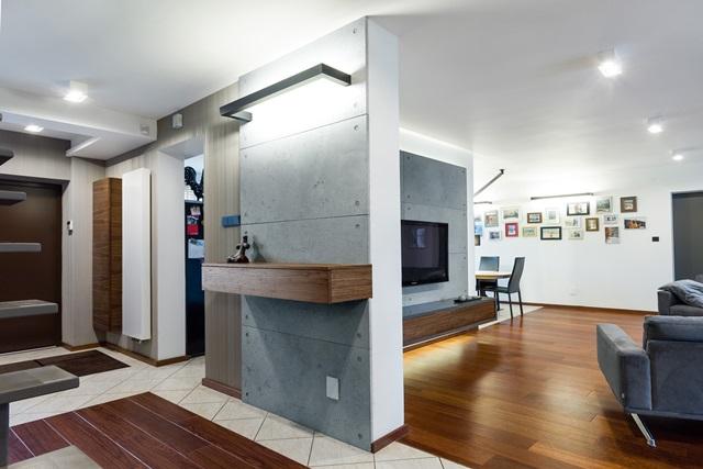 Ściana z betonu w salonie i przedpokoju