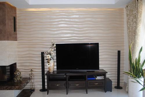 Kącik telewizyjny z kominkiem ozdobiony dekoracją