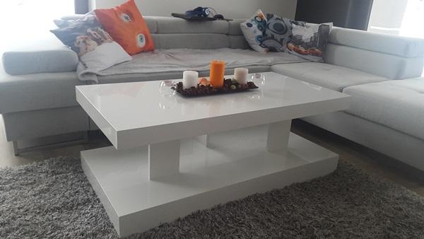 Pokój dzienny w aranżacji z białym stolikiem