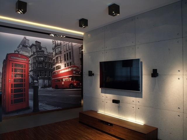 Beton dekoracyjny na ścianie za telewizorem