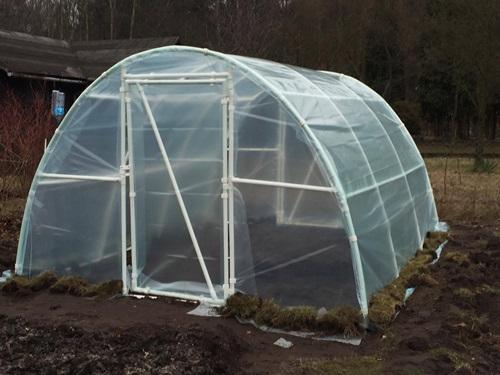 Gotowy tunel ogrodniczy z folią wkopaną w ziemię