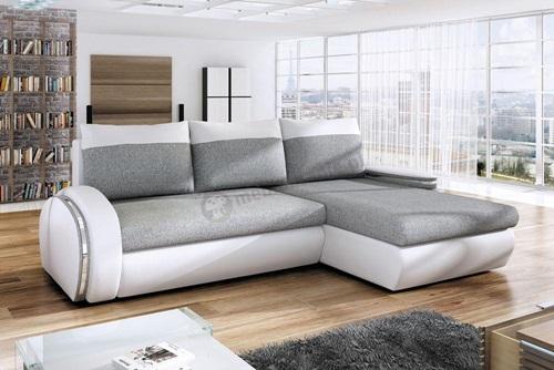 Salon z jasną sofą Ego