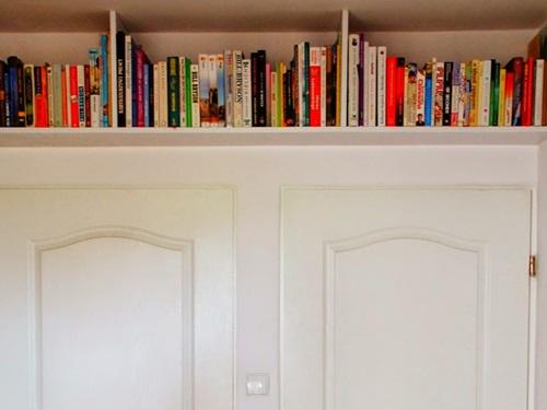 Półki pod sufitem to dobry pomysł na rozwiązanie problemu z małą przestrzenią