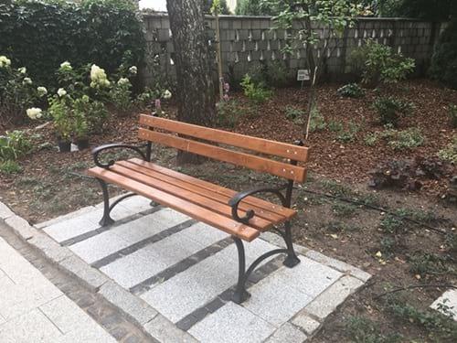 Ławka parkowa w ogrodzie