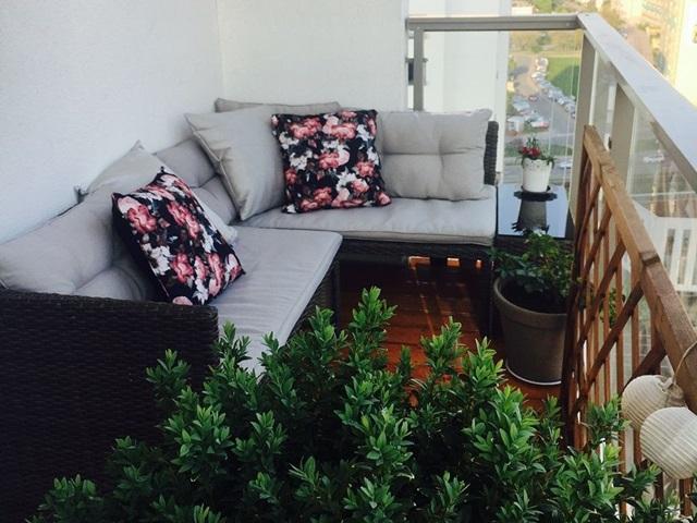Mały balkon w bloku z meblami technorattanowymi Canvas Caffe