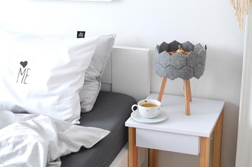 Sypialnia ze skandynawskim stolikiem nocnym Womeb Meble