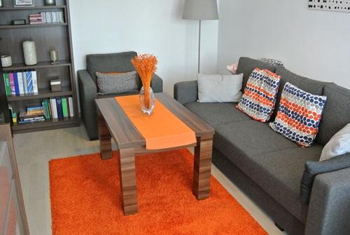 Mały salon z ławostołem podnoszonym rozkładanym Arizona i pomarańczowymi akcesoriami
